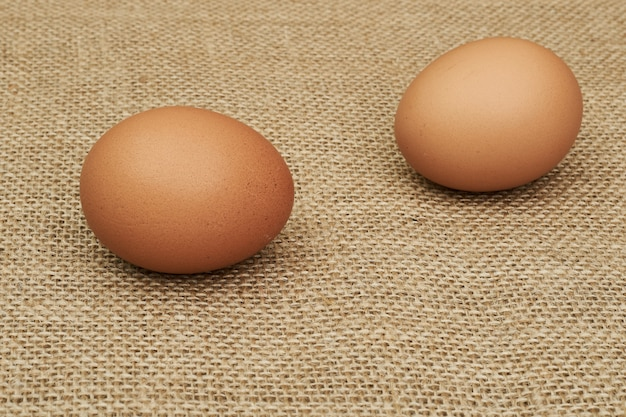 Uova di gallina intere e parti. mezzo uovo, tuorlo d'uovo, guscio.