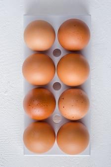 Uova di gallina rossa nel vassoio del frigo