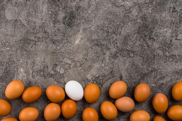 Uova di gallina sparse sul tavolo grigio