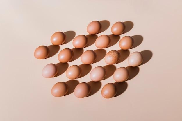 Uova di gallina sul tavolo allineato