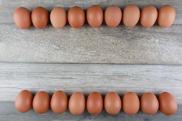 Uova di gallina sul tavolo di legno d'epoca