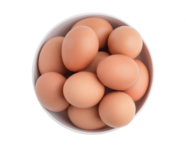 Uova di gallina vista dall'alto nella ciotola bianca isolata