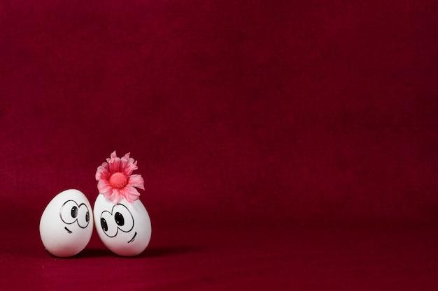 Uova di pasqua belle su sfondo bordeaux