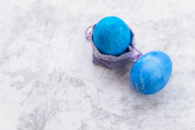 Uova di pasqua blu e borsa decorativa