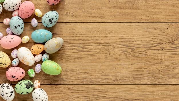 Uova di pasqua colorate con copia-spazio