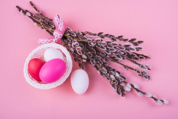 Uova di pasqua colorate con rami di salice