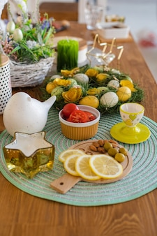 Uova di pasqua colorate con snack e decorazioni pasquali