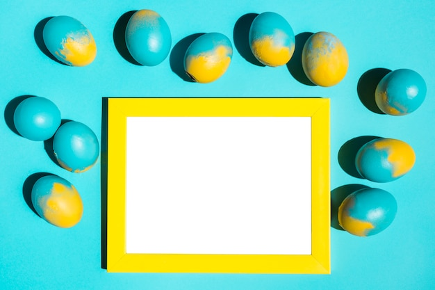 Uova di pasqua colorate con telaio sul tavolo
