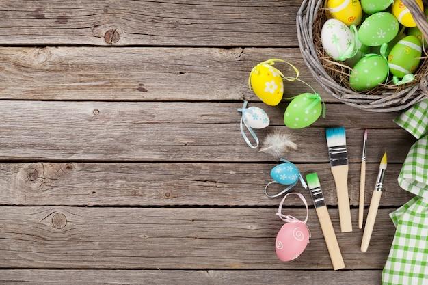 Uova di pasqua colorate e spazzole
