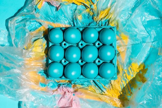 Uova di pasqua colorate in rack su cellofan