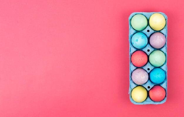 Uova di pasqua colorate in scatola