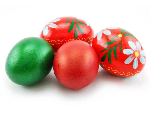 Uova di pasqua colorate isolate su fondo bianco