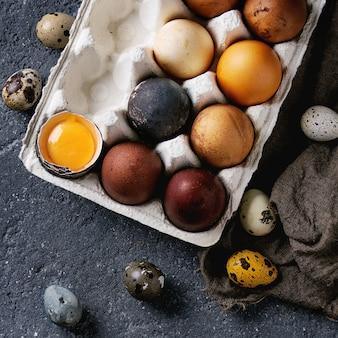 Uova di pasqua colorate marrone