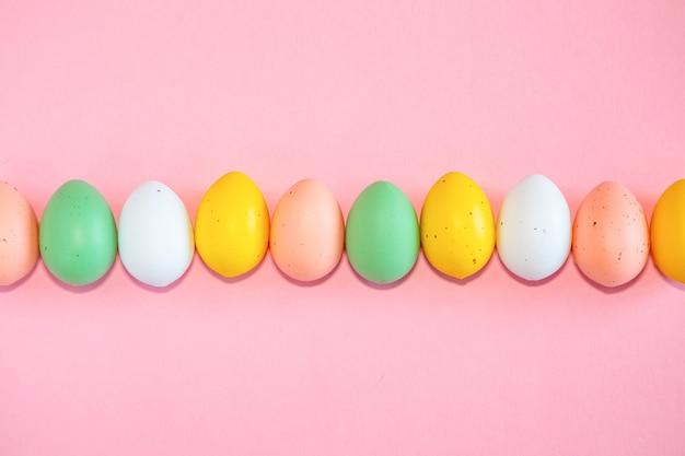 Uova di pasqua colorate su sfondo rosa