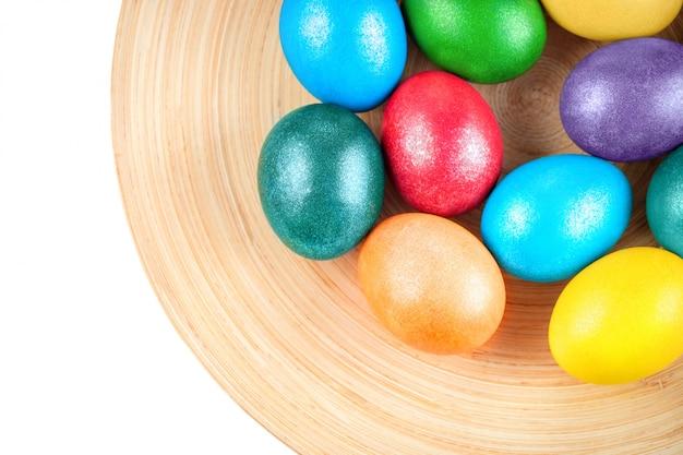 Uova di pasqua colorate sul piatto