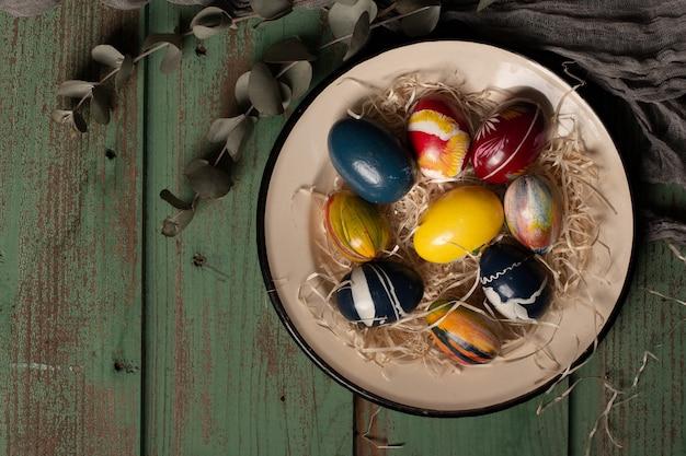 Uova di pasqua colorate vista dall'alto su un piatto