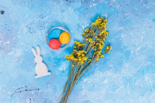 Uova di pasqua con coniglio e fiori