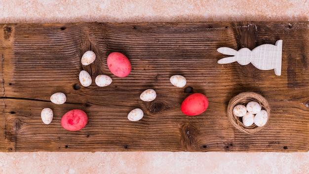 Uova di pasqua con coniglio sul tavolo