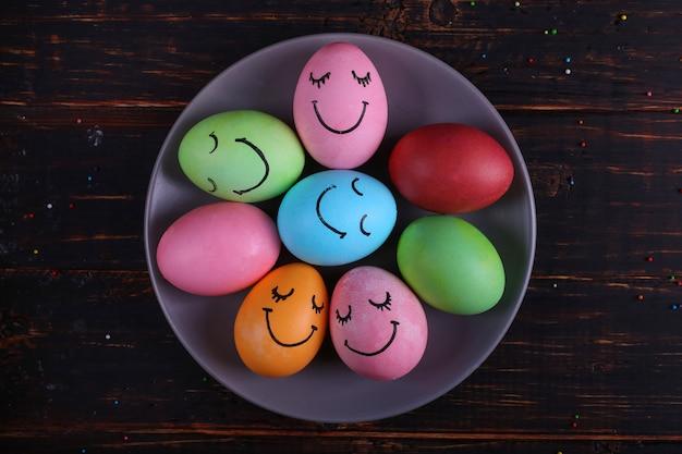 Uova di pasqua con facce carine sul piatto