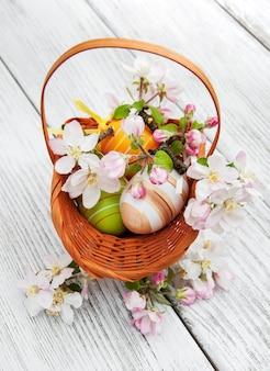 Uova di pasqua con fiore