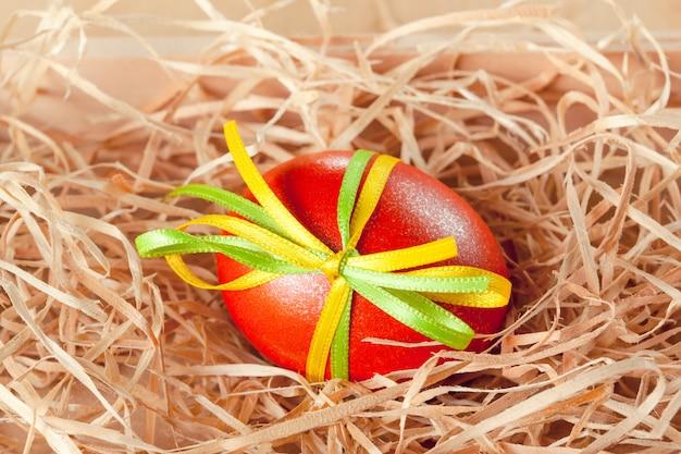 Uova di pasqua con nastro