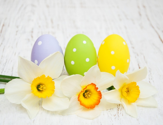 Uova di pasqua decorate con fiori