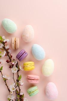 Uova di pasqua decorative multicolori e macarons dolci o amaretti decorati
