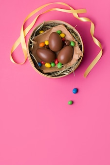 Uova di pasqua del cioccolato su una priorità bassa dentellare.