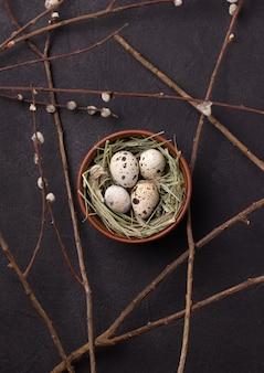 Uova di pasqua delle quaglie su una priorità bassa nera