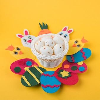 Uova di pasqua di carta con la merce nel carrello delle uova bianche