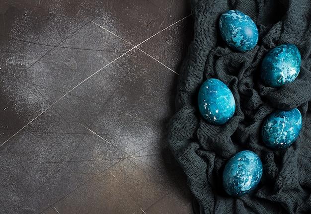 Uova di pasqua dipinte a mano in blu