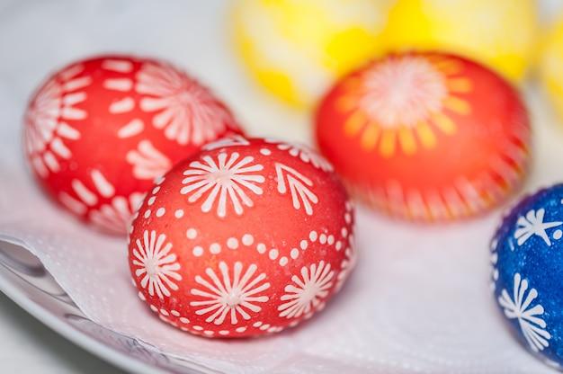 Uova di pasqua dipinte a mano sul tovagliolo di carta bianca. fatti in casa.