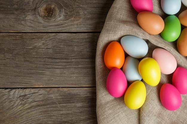 Uova di pasqua dipinte su tela di sacco, composizione festiva rustica
