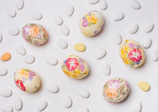 Uova di pasqua e confetti posizionati casualmente