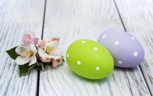 Uova di pasqua e fiori di melo