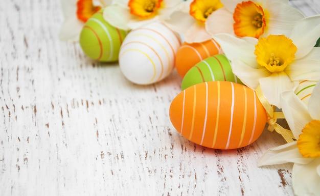 Uova di pasqua e narcisi
