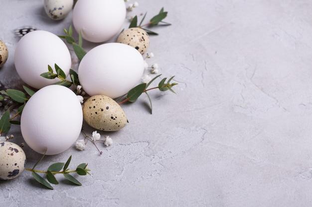 Uova di pasqua e rametti di foglia di eucalipto