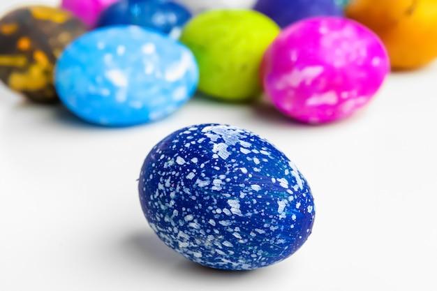 Uova di pasqua fatte a mano isolate su un bianco