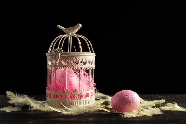Uova di pasqua felici su di legno