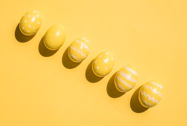 Uova di pasqua gialle variopinte sulla tavola
