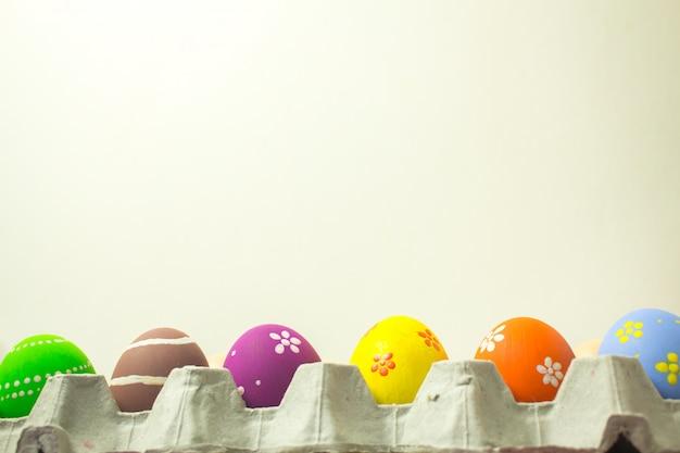 Uova di pasqua in pannelli di carta su uno sfondo bianco