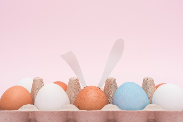 Uova di pasqua in rack sul tavolo