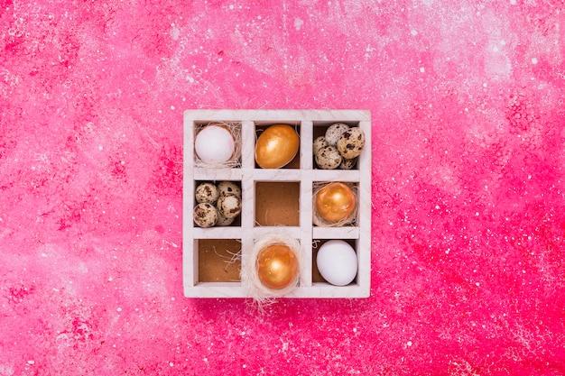 Uova di pasqua in scatola di legno