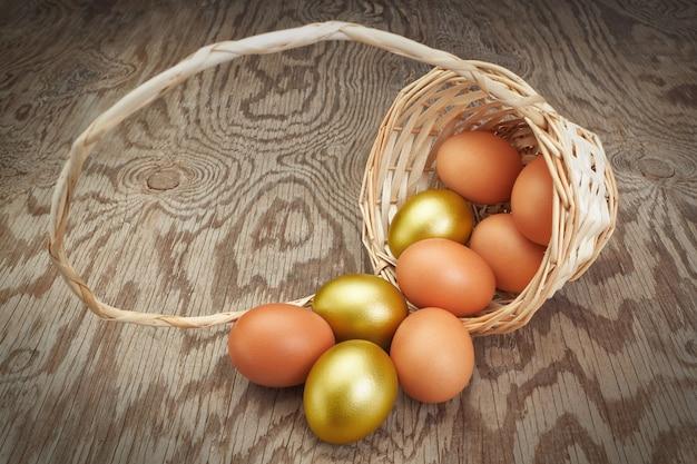 Uova di pasqua in un cestino invertito. gruppo di uova d'oro.