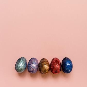 Uova di pasqua lucide sul tavolo