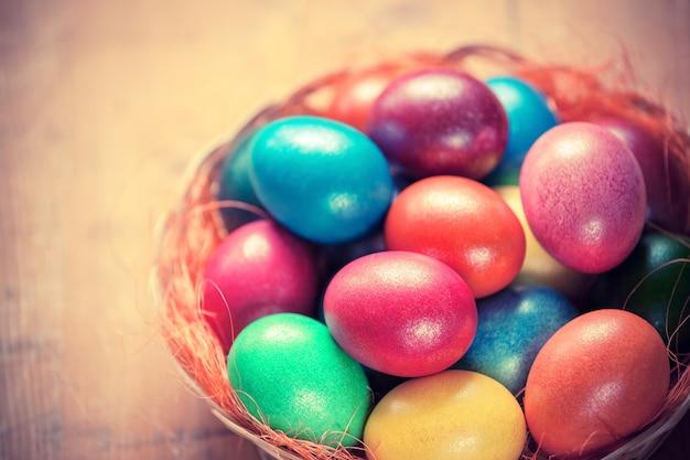 Uova di pasqua nel cestino