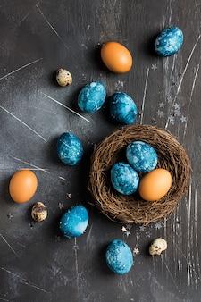 Uova di pasqua nel nido dipinto a mano in blu