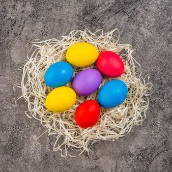 Uova di pasqua nel nido sul tavolo
