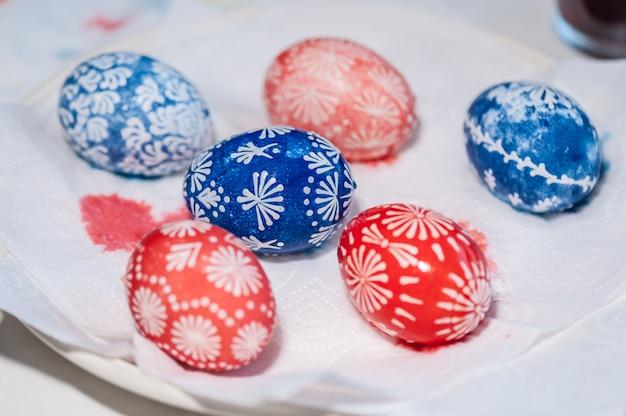 Uova di pasqua nel piatto. il processo di dipingere le uova. pronto. concetto di vacanza di pasqua.