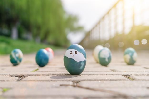 Uova di pasqua organiche del ragazzo sveglio, ambiti di provenienza di concetto di pasqua